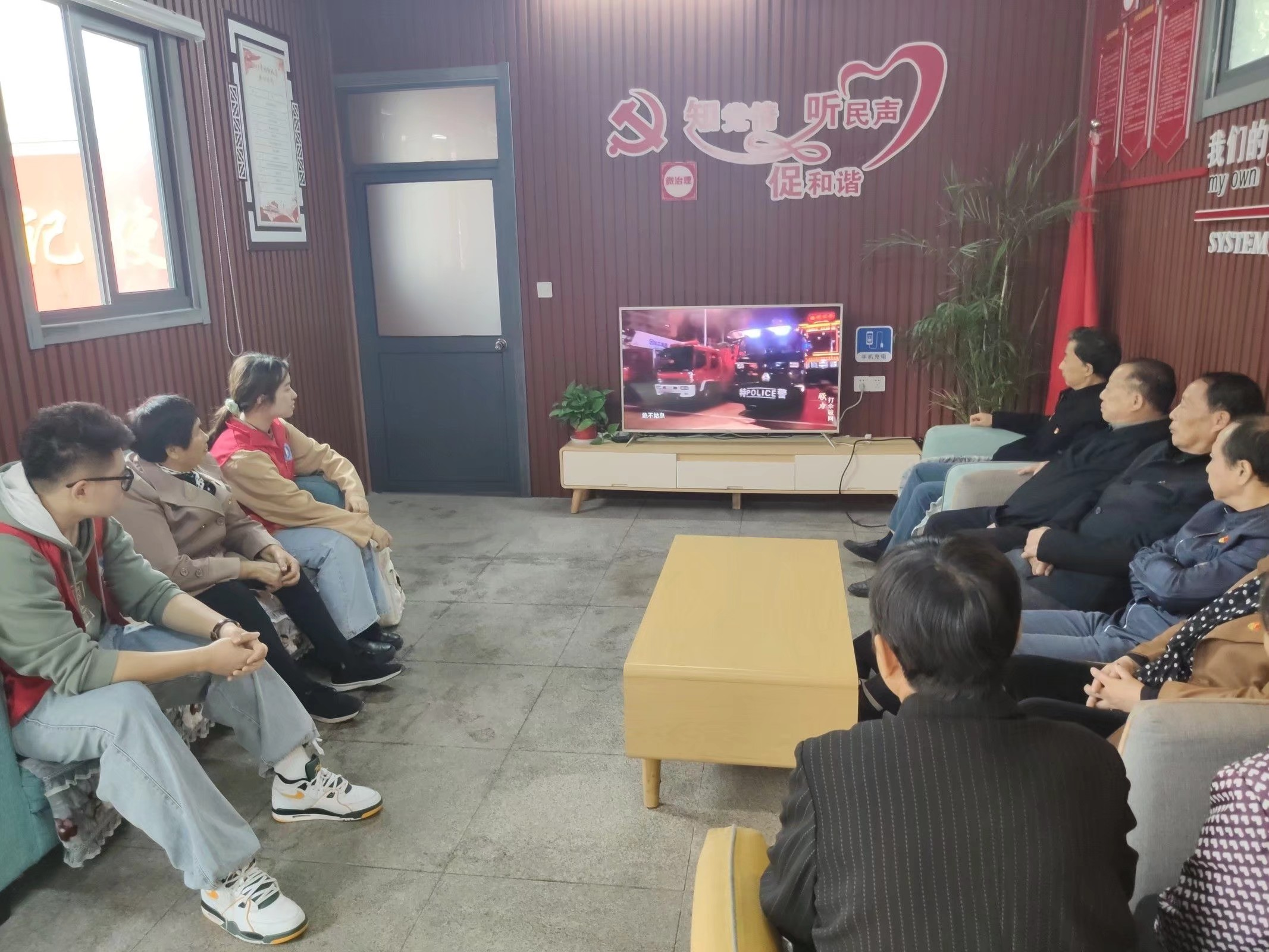 """20201027""""剪纸连'廉'看""""志愿者与社区老党员们一起观看廉政教育影片.jpg"""
