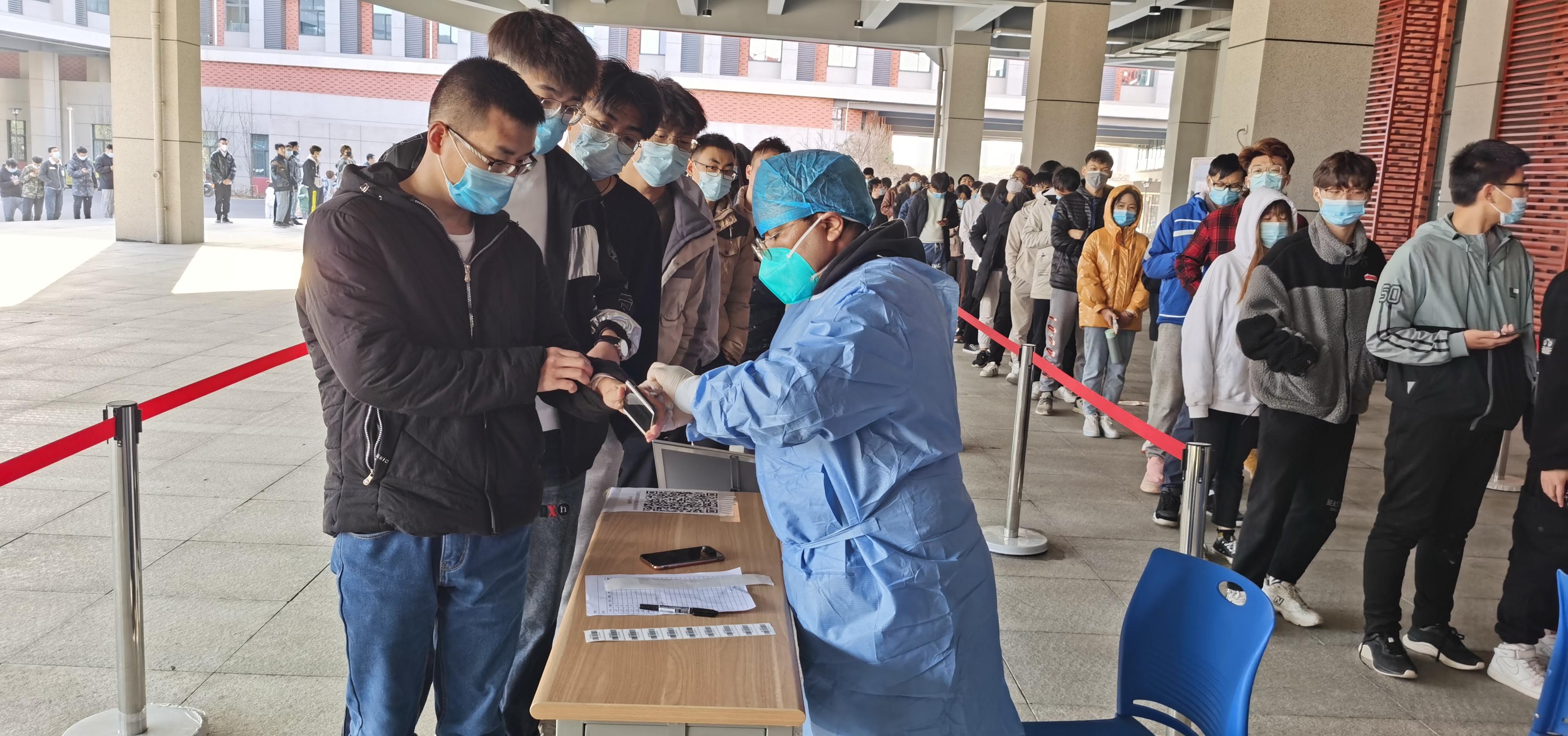学生正在进行核酸检测.jpg